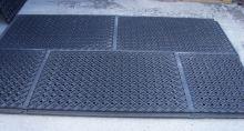 Kvalitní výběhová rohož plastová děrovaná zámková 120 cm x 80 cm x 4,3 cm