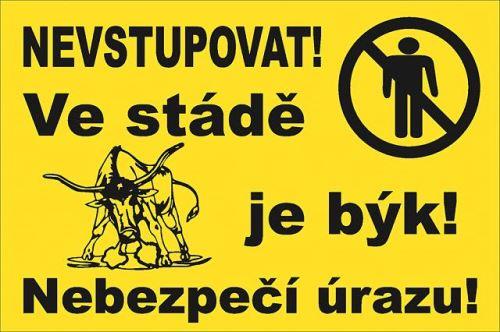 Výstražná tabulka Nevstupovat! Ve stádě je býk! Nebezpečí úrazu!